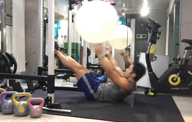 体幹 バランスボール 腹筋 シックスパック